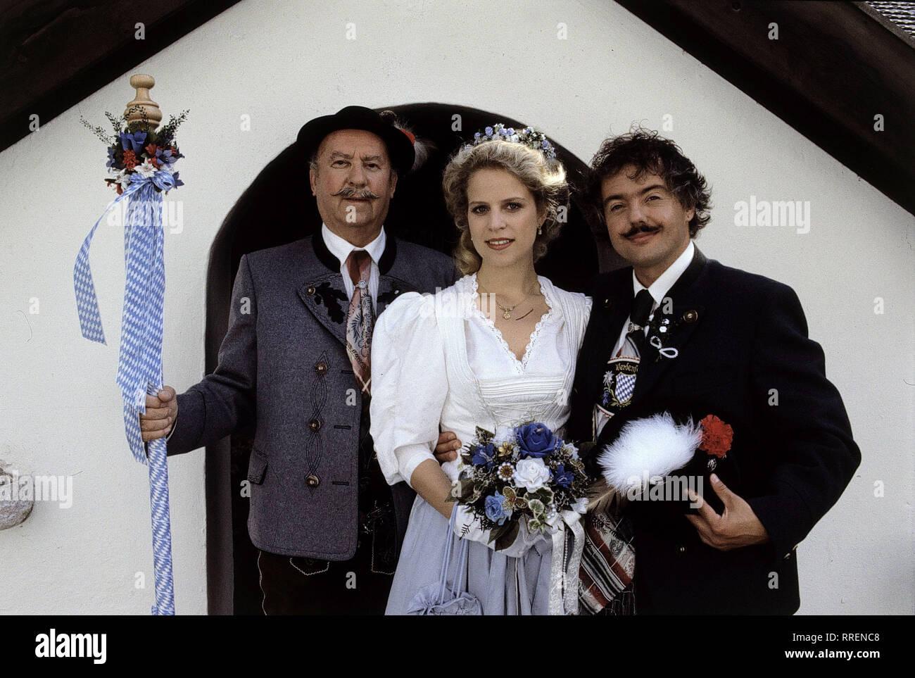 WEISSBLAUE GESCHICHTEN / Der Hochzeitslader / Der Hochzeitslader Max Kiermair (TONI BERGER) hat 30 Jahre lang Hochzeiten ausgerichtet. Seine letzte nun soll besonders schön werden. Die beiden reichsten Familien des Ortes sind versammelt, um Gerdi (CHRISTINE BRAMMER) und Lenz (RAIMOND KNOLL) unter die Haube zu bringen. Bild: Hochzeitlader und Brautpaar in Tracht. / EM-0-57122 / , 13DFAWeiss / Überschrift: WEISSBLAUE GESCHICHTEN / D 1993 - Stock Image