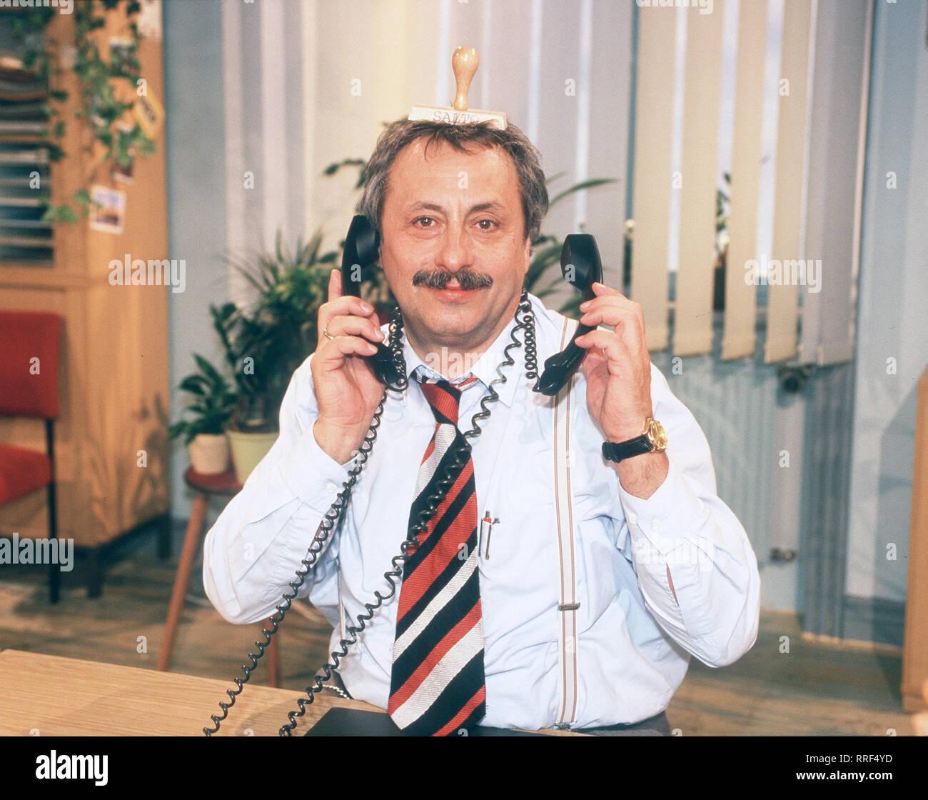 SALTO KOMMUNALE In der Folge: 'Beamtencontainer' soll das Amt geschlossen werden, aber Bürgermeister Mäßig weiss einen Ausweg. Szene: Am Ende ist für Stankoweit (WOLFGANG STUMPH) nichts mehr so, wie es einmal war.  aka. Deutschland 2000 / Überschrift: SALTO KOMMUNALE - Stock Image