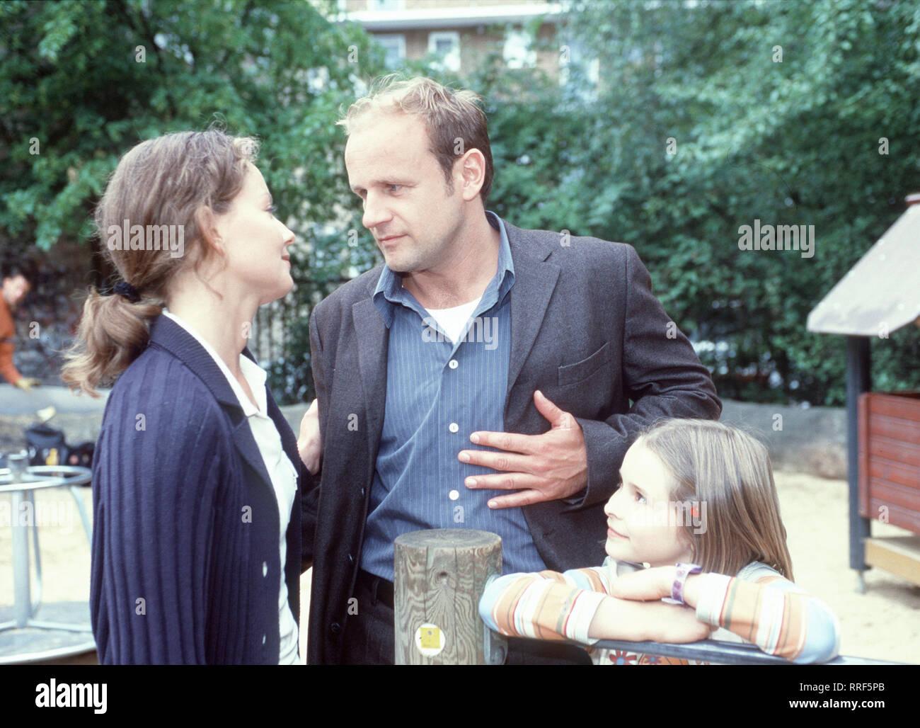 DER ERMITTLER- Szene: Die Ehe mit seiner Frau Carola (CARINA WIESE) ist für Paul Zorn (OLIVER STOKOWSKI) in die Brüche gegangen, weil sie sich auseinandergelebt haben. Bindeglied zwischen den beiden ist immer wieder ihre kleine Tochter Hanna (CHARLOTTE BELLMANN).  Regie: Michael Mackenroth / Überschrift: DER ERMITTLER / Deutschland 2000 Stock Photo