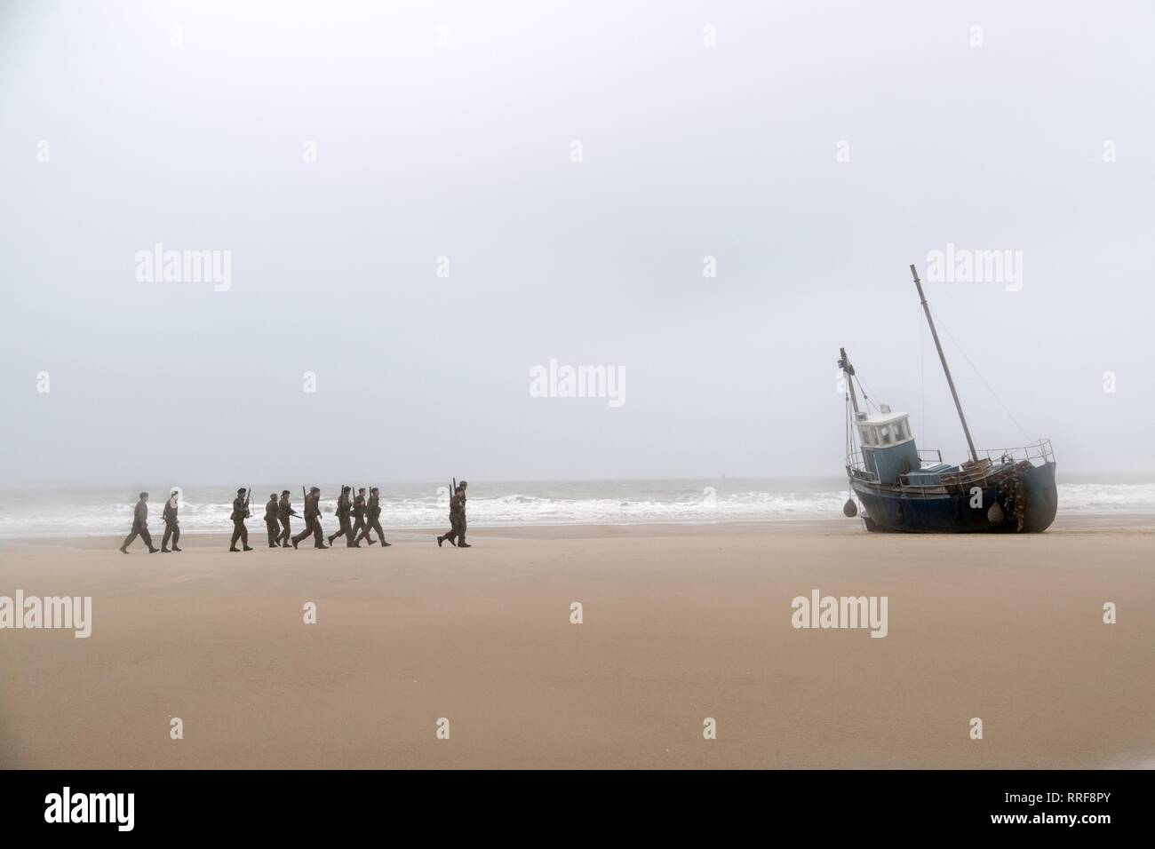 DUNKIRK, SOLDIERS APPROACH BOAT, 2017 - Stock Image