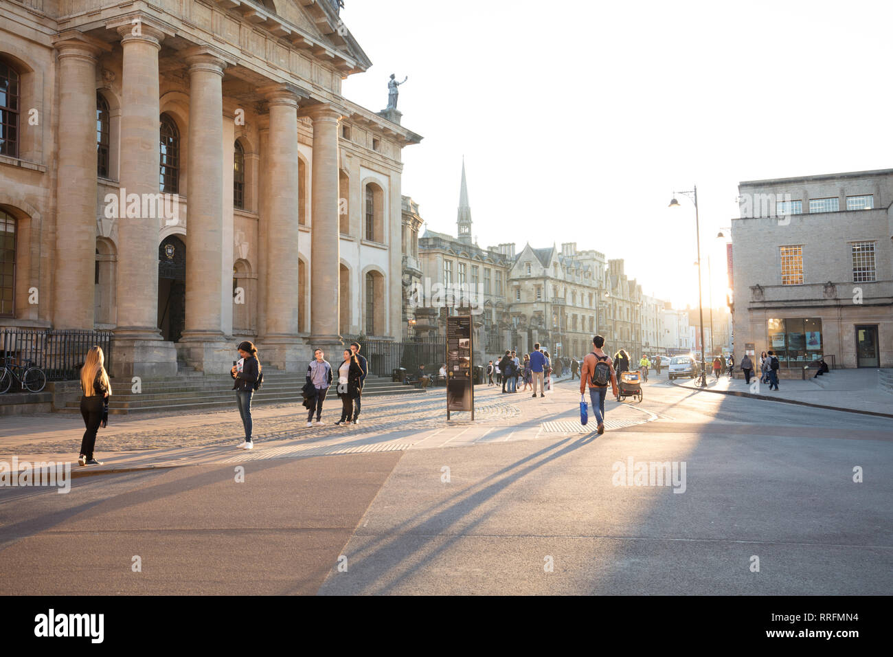 Oxford, UK. 25th February, 2019. Students and visitors enjoy the late afternoon sun on the streets of Oxford, UK, on this warm spring like winter day in February. Credit: Joe Kuis /Alamy Live News - Stock Image