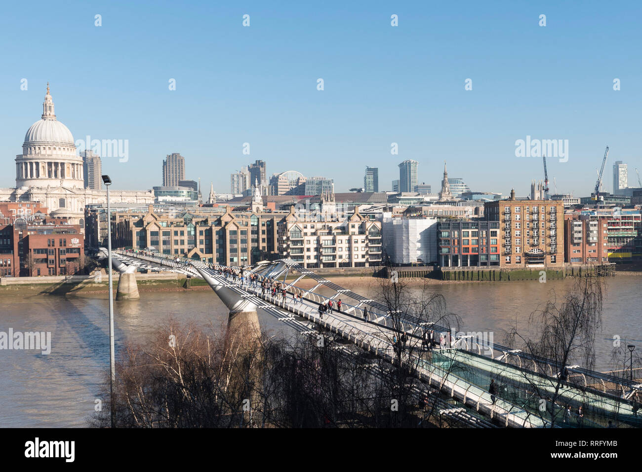 London, UK. 26th Feb, 2019. UK Weather: The City of London is bathed in sunshine on what is forecast to be the hottest February day since records began. The unseasonably warm weather is expected to continue for one more day before temperatures lower. Credit: Stephen Chung/Alamy Live News Stock Photo