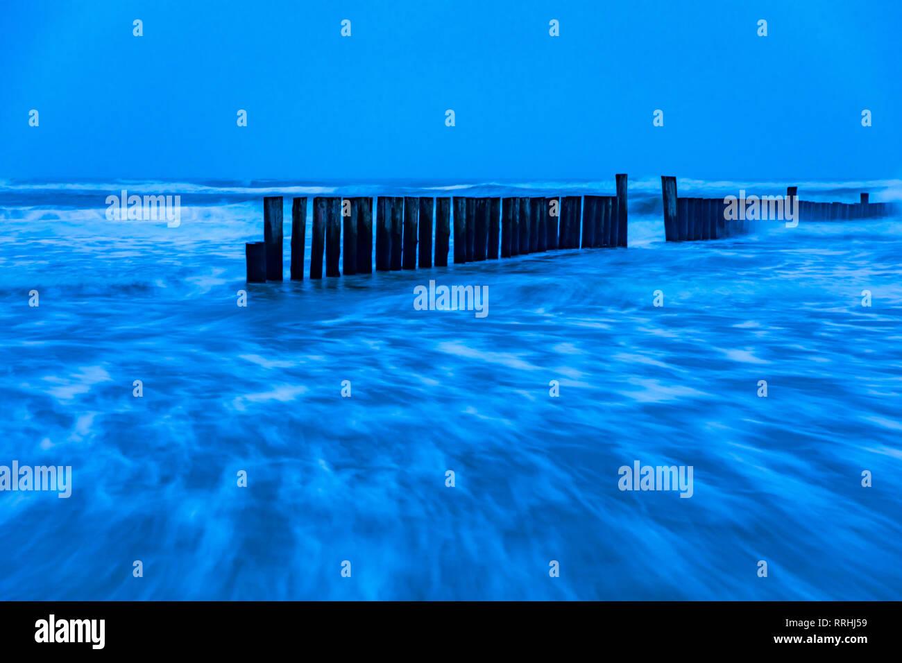 Ostfriesland, Insel Wangerooge, Strand bei Flut, Wellenbrecher, Buhnen, Wellen laufen auf den Stand auf, bei einem Wintersturm, - Stock Image