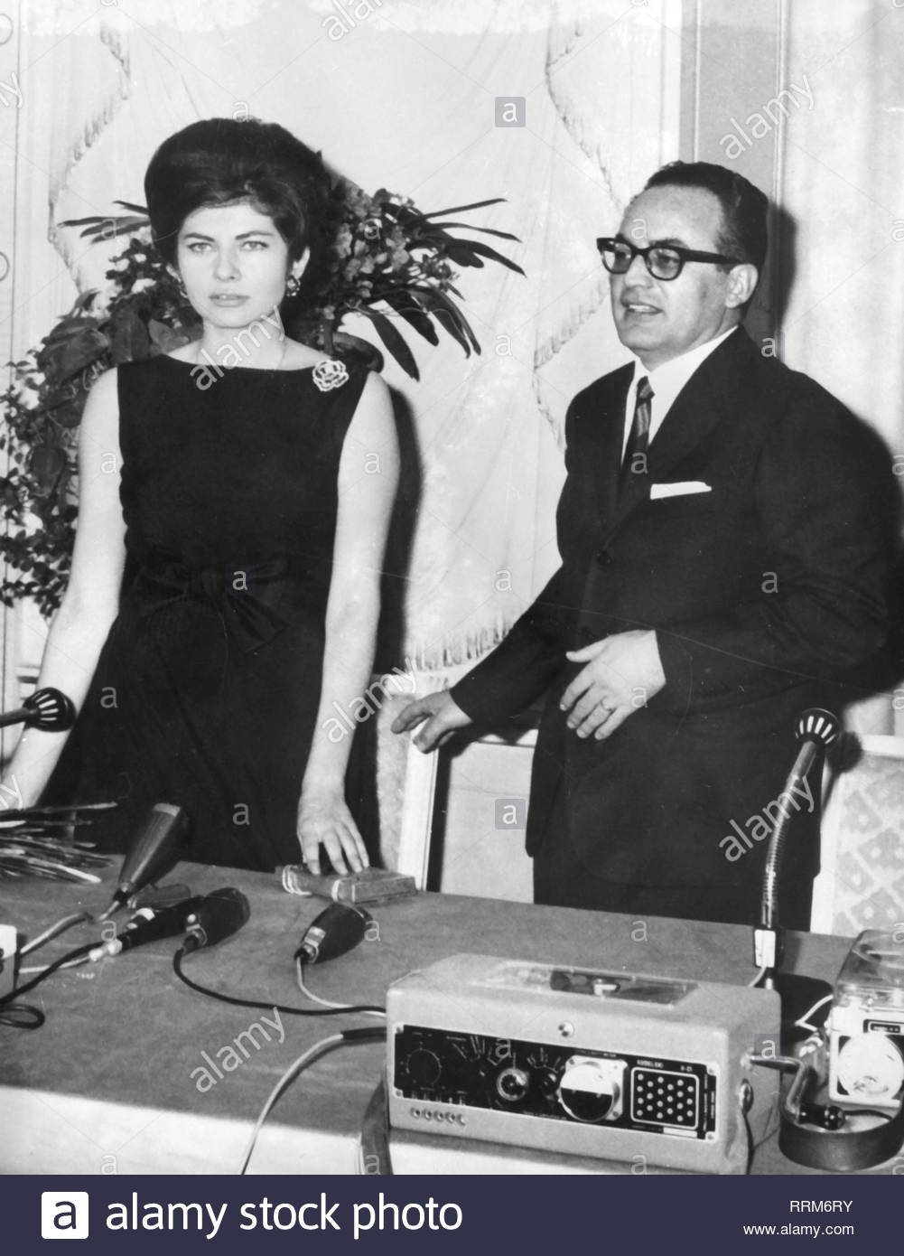 Soraya, 22.6.1932 - 25.10.2001, Empress of Persia 12.2.1951 - 6.4.1958, half length, with filmmaker Dino de Laurentiis, press conference, Rome, 15.3.1963, Additional-Rights-Clearance-Info-Not-Available Stock Photo