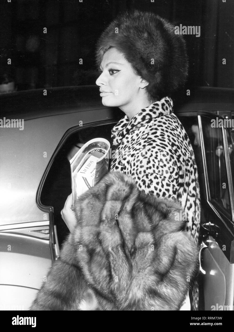 Loren, Sophia, * 20.9.1934, Italian actress, half length, leaving the car, early 1970s, Additional-Rights-Clearance-Info-Not-Available - Stock Image