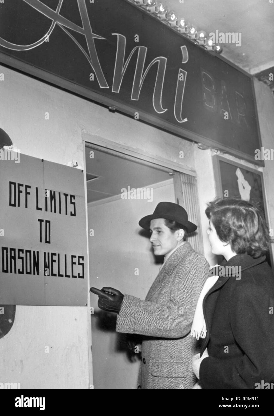 Welles, Orson, 6.5.1915 - 10.10.1985, American actor and director, nightclub with prohibition sign after derogatory remarks about Berlin nightspots, Berlin, November 1950, Additional-Rights-Clearance-Info-Not-Available - Stock Image