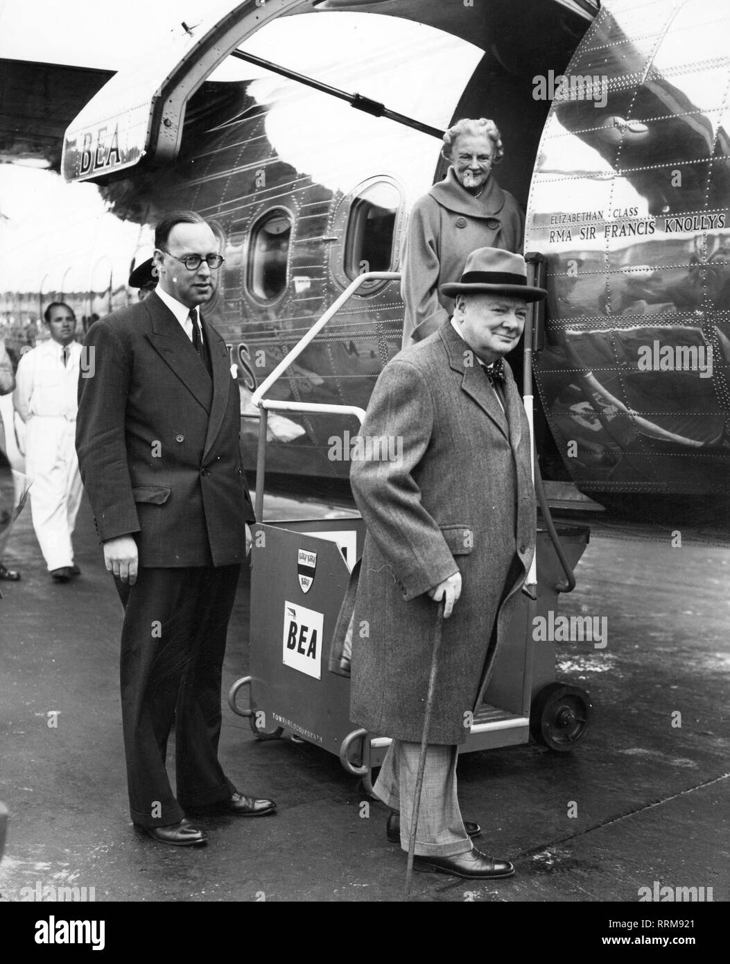 Churchill, Winston, 30.11.1874 - 24.1.1965, British politician (Cons.), Prime Minister 26.10.1951 - 7.4.1955, with wife Clementine at Heathrow Airport, before departure for the holiday in Southern France, 9.12.1952, Additional-Rights-Clearance-Info-Not-Available - Stock Image
