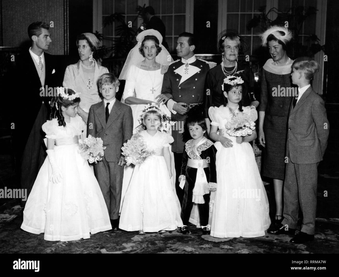 Windisch-Graetz, Friedrich prince of, 7.7.1917 - 29.5.2002, German aristocrat, wedding with princess Dorothea of Hesse, after the ecclesiastical marriage in the hotel Vier Jahreszeiten, Munich, 1.4.1959, group picture, Additional-Rights-Clearance-Info-Not-Available - Stock Image