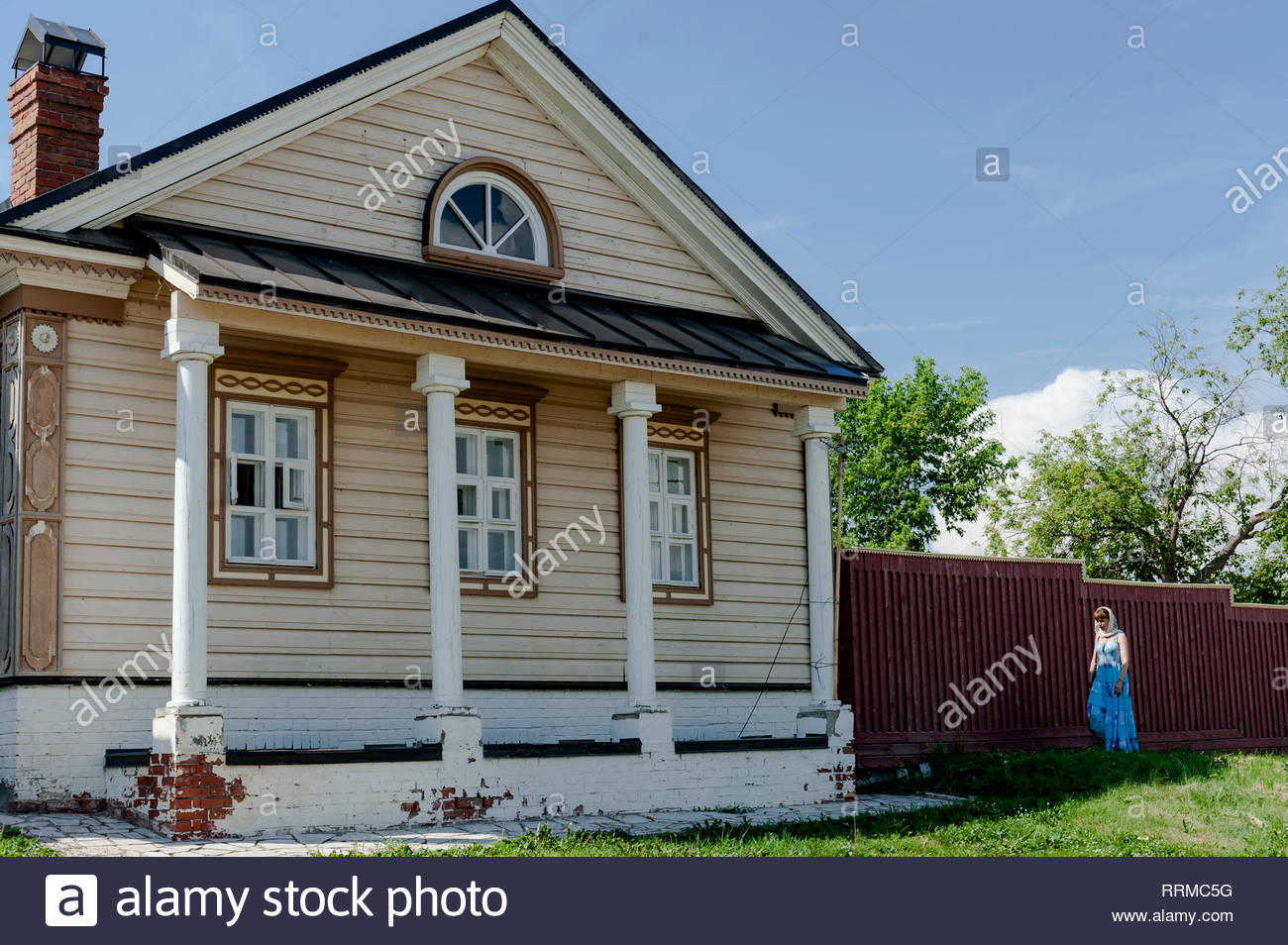 Woman  with headscarf passing near traditional Russian house in Sviyazhsk,Russia,Tatarstan - Stock Image