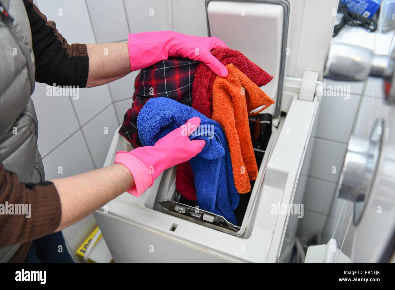 Washing machine put away, Waschmaschine einräumen Stock Photo