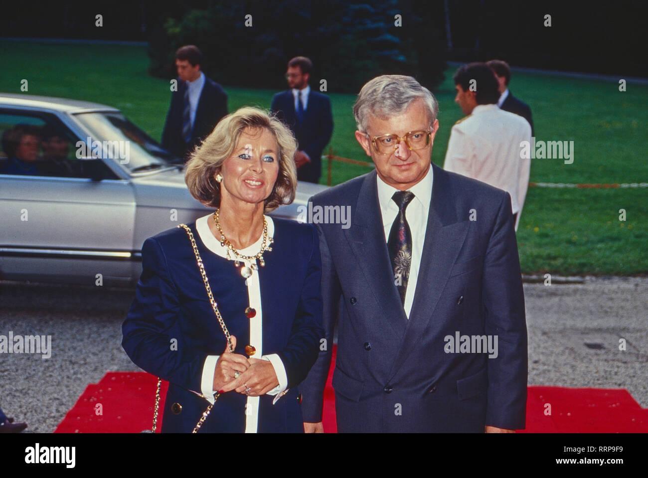 Kanzleramtsminister Rudolf Seiters mit Ehefrau vor der französischen Botschaft in Bonn, Deutschland 1990. Head of the Bonn chancellery Rudolf Seiters with his wife at the French embassy in Bonn, Germany 1990. - Stock Image