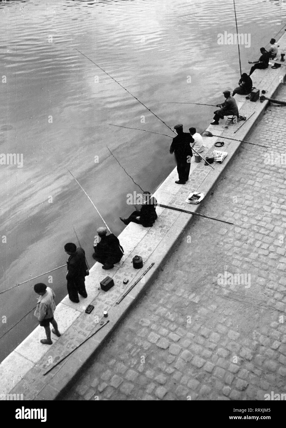 Frankreich - France in 1950s. Angler in Paris on the Seine riverside. Photo by Erich Andres Frankreich, Paris, Angler an der Seine. Stock Photo