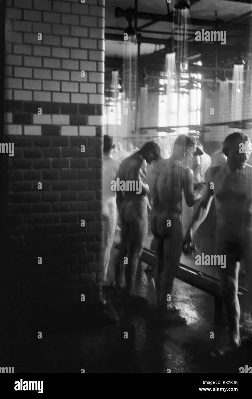 Germany - Deutschland ca. 1950, Ruhrgebiet, Bergbauarbeiter nach der Arbeit beim Duschen - Stock Image