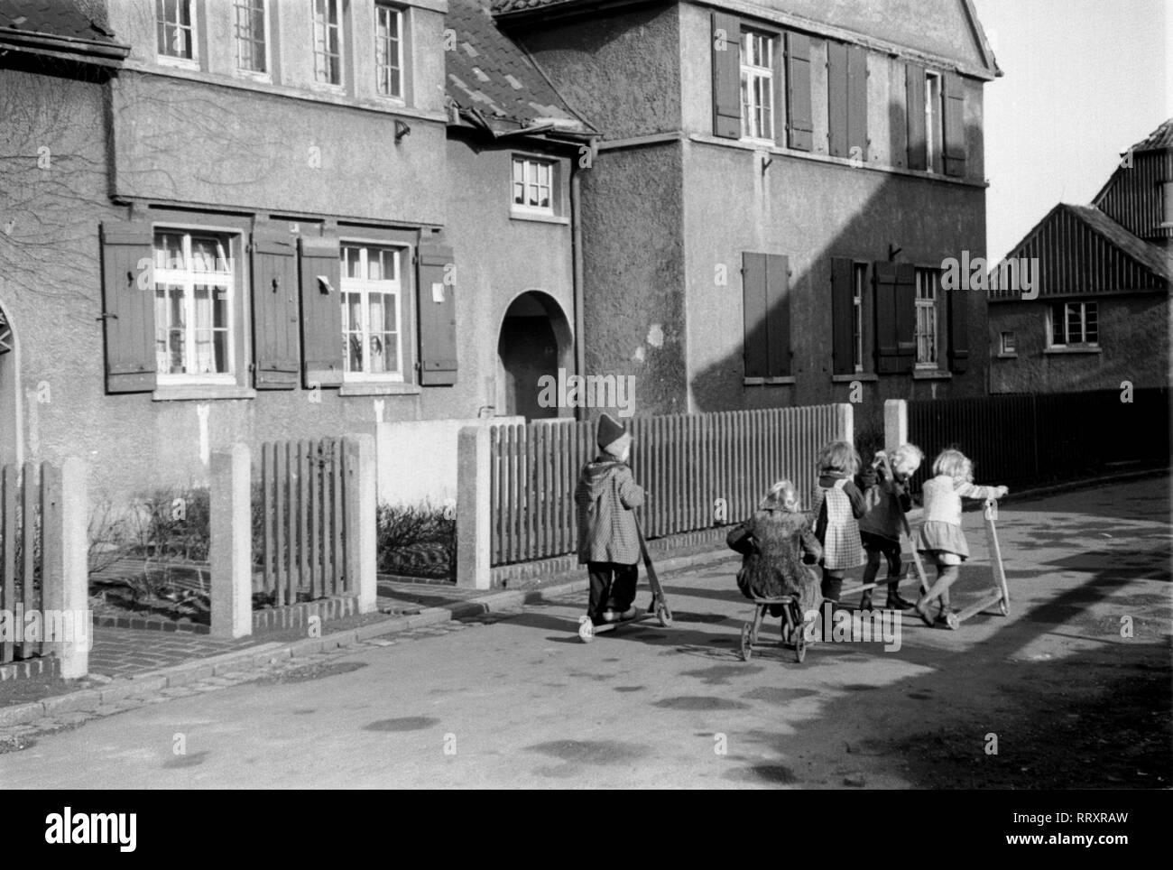 Germany - Deutschland ca. 1950, Ruhrgebiet, Bergarbeitersiedlung, Kinder auf der Strasse - Stock Image