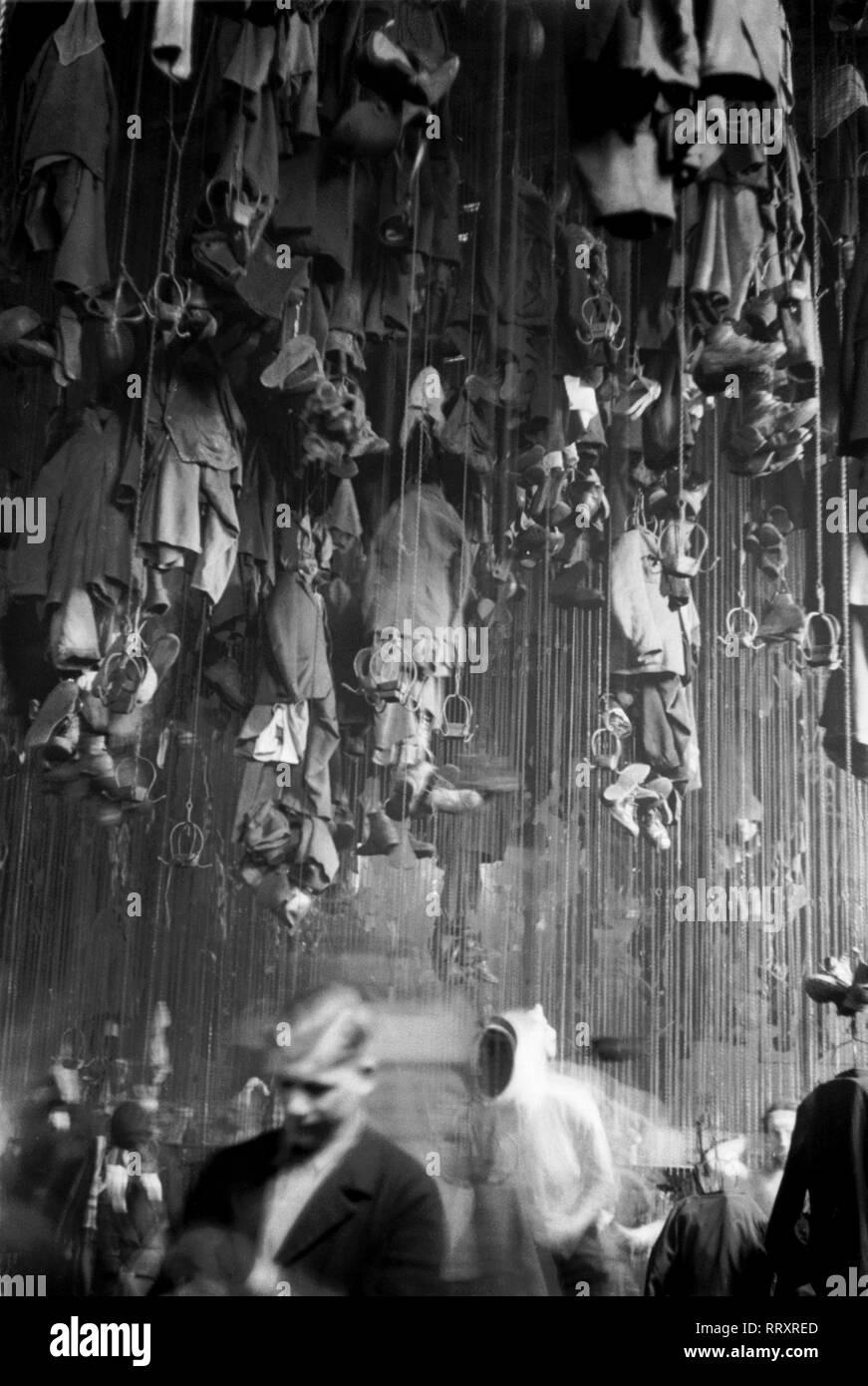 Germany - Deutschland ca. 1950, Ruhrgebiet, Waschkaue der Bergarbeiter, deren Kleidung an der Decke befestigt ist - Stock Image