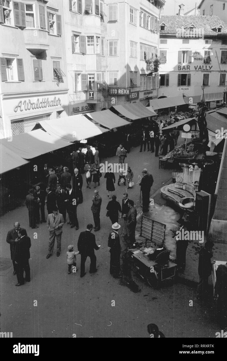 Italien - Fruit market in Bozen, 1950. Photo by Erich Andres Italy, Italia, Bozen, Bolzano, South Tyrol, Alto Adige, travel, viaggio, 1950, market, mercato Südtirol ca. 1950, Obstmarkt in Bozen - Stock Image