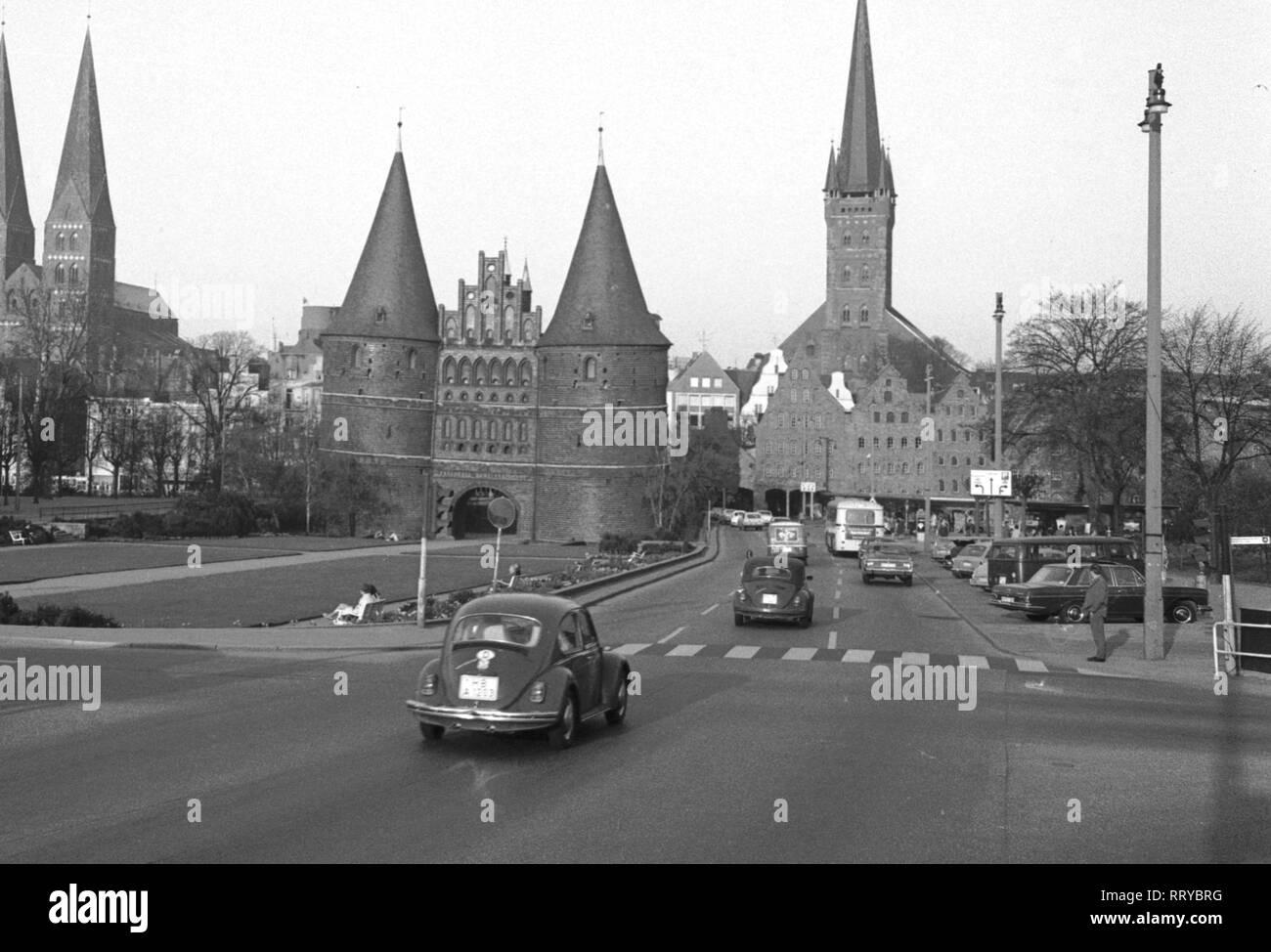 VW Beetle - VW Käfer unterwegs - Holstentor in Lübeck  -  IV - Stock Image