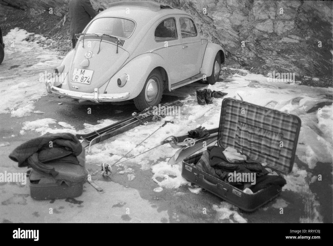 VW Beetle - VW Käfer unterwegs - Packen für den Winterurlaub  -  V - Stock Image