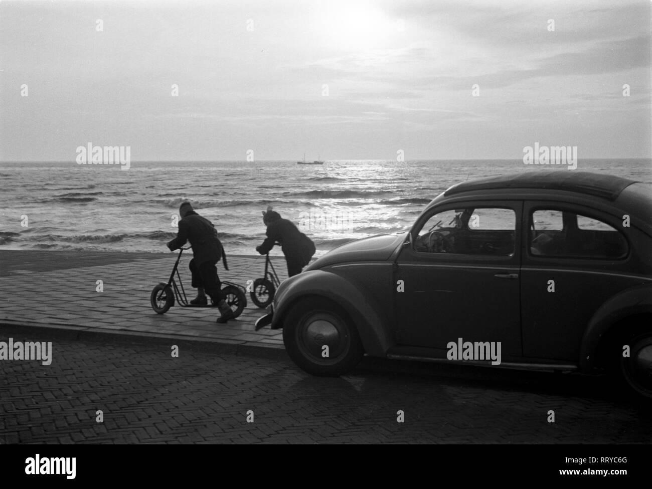 VW Beetle - VW Käfer unterwegs  -  Sonnenuntergang am Strand  -  VI - Stock Image