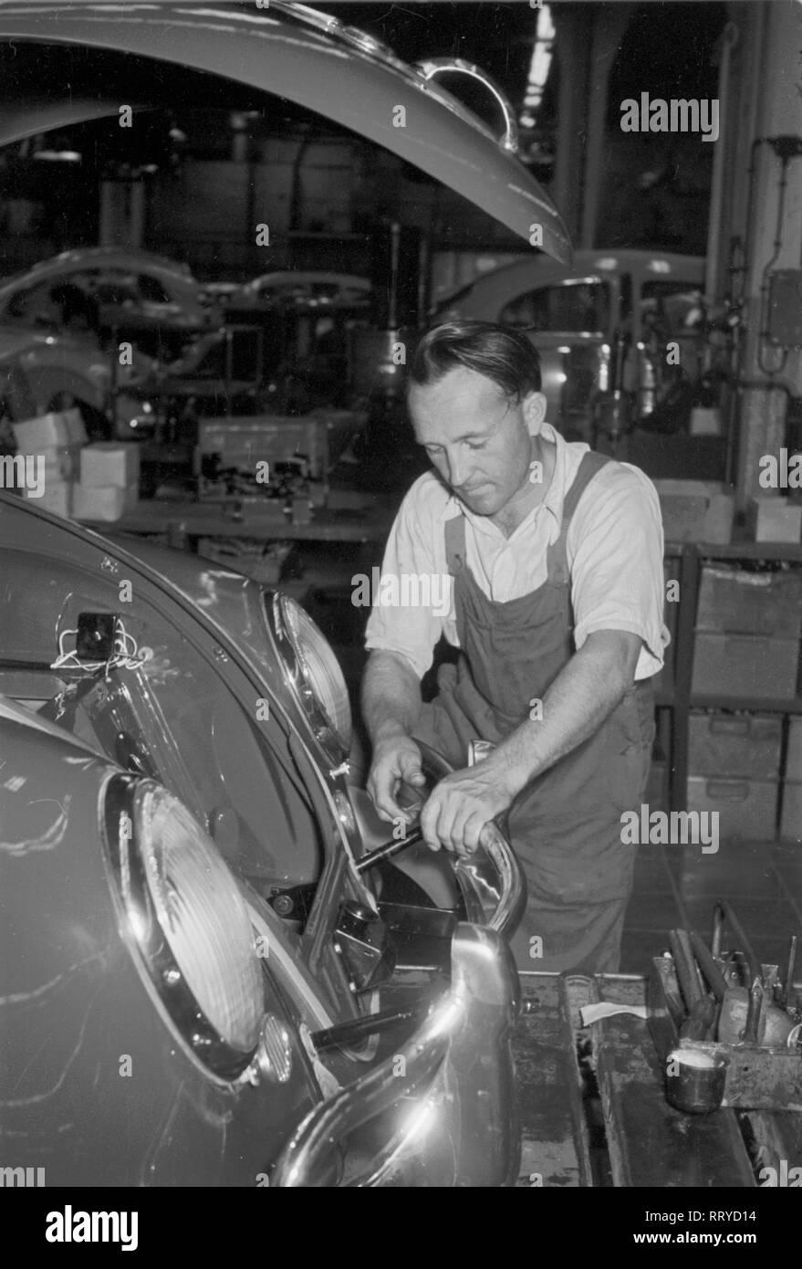 VW Beetle - VW Werke - VW Käfer - Arbeiten an der Karosserie Stock Photo
