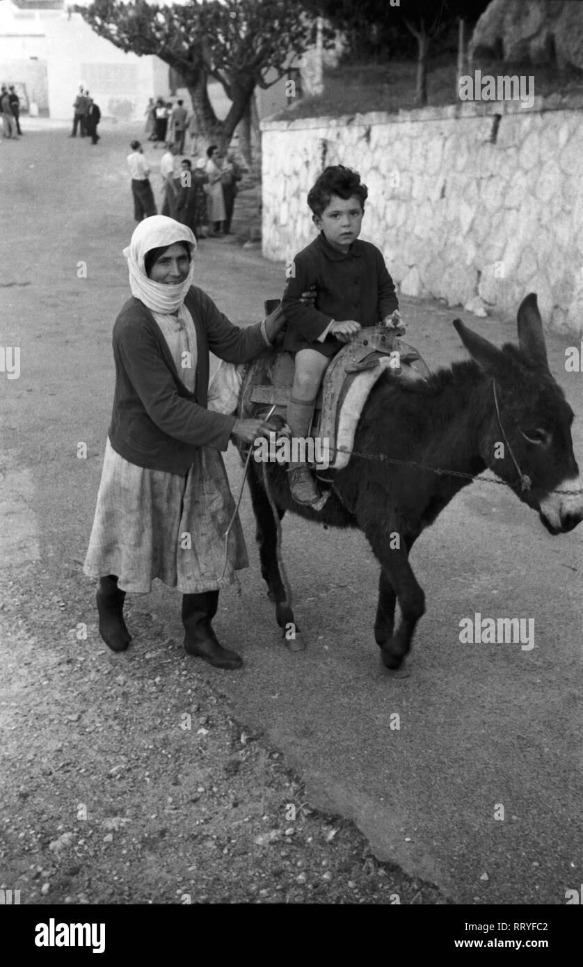 Griechenland, Greece - Mutter und Sohn unterwegs mit ihrem Esel auf Rhodos, Griechenland, 1950er Jahre. Mother and son on the way with their donkey on Rhodos, Greece, 1950s. Stock Photo