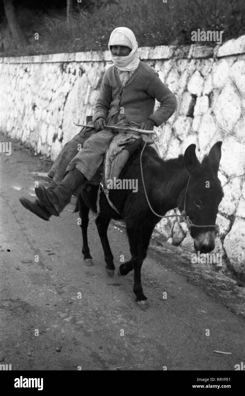 Griechenland, Greece - Eine Frau auf ihrem Esel, Rhodos, Griechenland, 1950er Jahre. A woman on her donkey on Rhodos, Greece, 1950s. Stock Photo