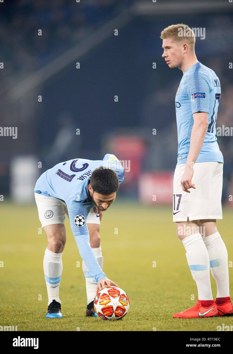 Gelsenkirchen, Deutschland. 20th Feb, 2019. David SILVA l. (ManCity) and Kevin DE BRUYNE (ManCity) in the free kick, Action, Football Champions League Eighth Final First Leg, FC Schalke 04 (GE) - Manchester City (ManCity) 2: 3, on 20.02.2019 in Gelsenkirchen/Germany. © Sven Simon Photo Agency GmbH & Co. Press Photo KG # Prinzess-Luise-Str. 41 # 45479 M uelheim/Ruhr # Tel. 0208/9413250 # Fax. 0208/9413260 # GLS Bank # BLZ 430 609 67 # Kto. 4030 025 100 # IBAN DE75 4306 0967 4030 0251 00 # BIC GENODEM1GLS # www.svensimon.net. Credit: dpa/Alamy Live News Stock Photo