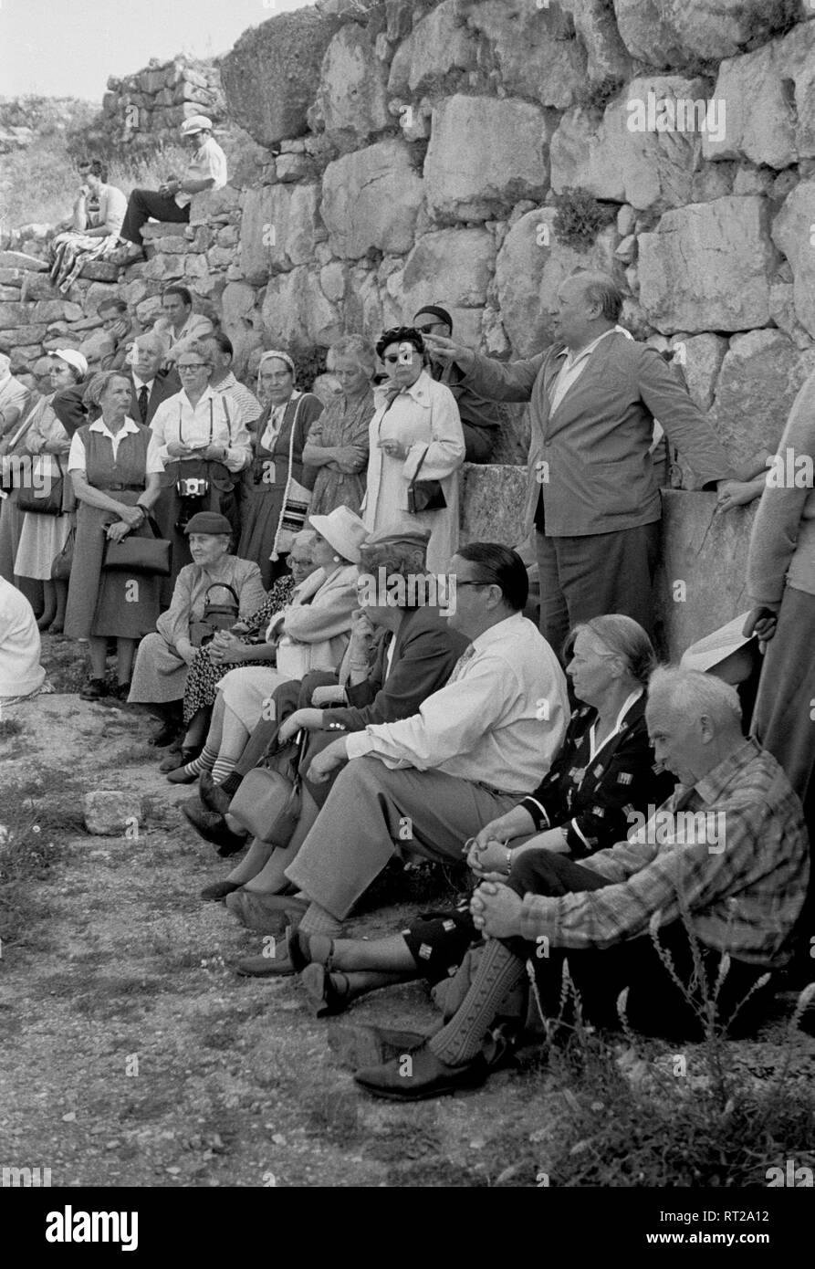 Griechenland, Greece - Eine Gruppe von Touristen läßt sich die Sehenswürdigkeiten des alten Mykene näher erläutern. - Stock Image
