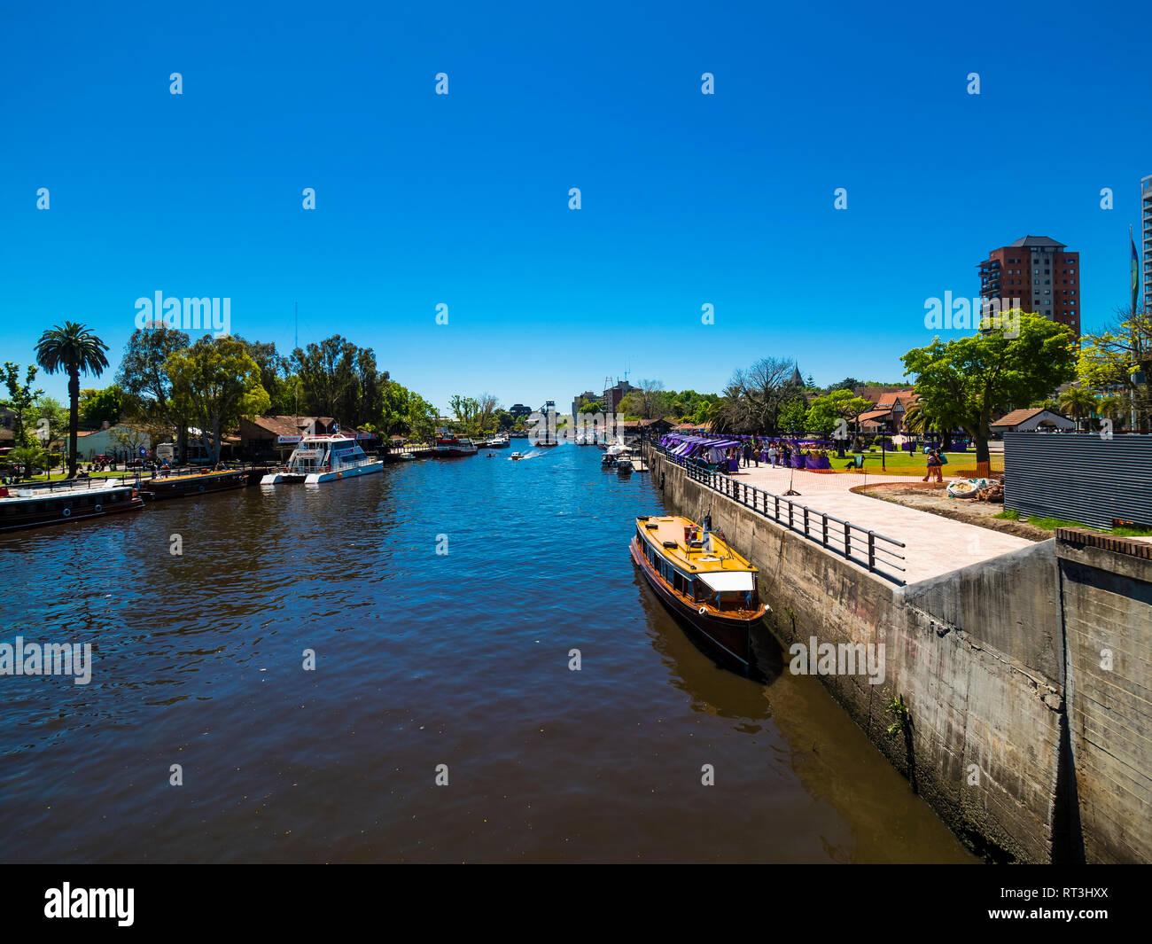 Argentinien, Buenos Aires, Tigre , Paraná-Delta, Biosphärenreservat der UNESCO, Kanal mit Handels- und Touristenbooten - Stock Image