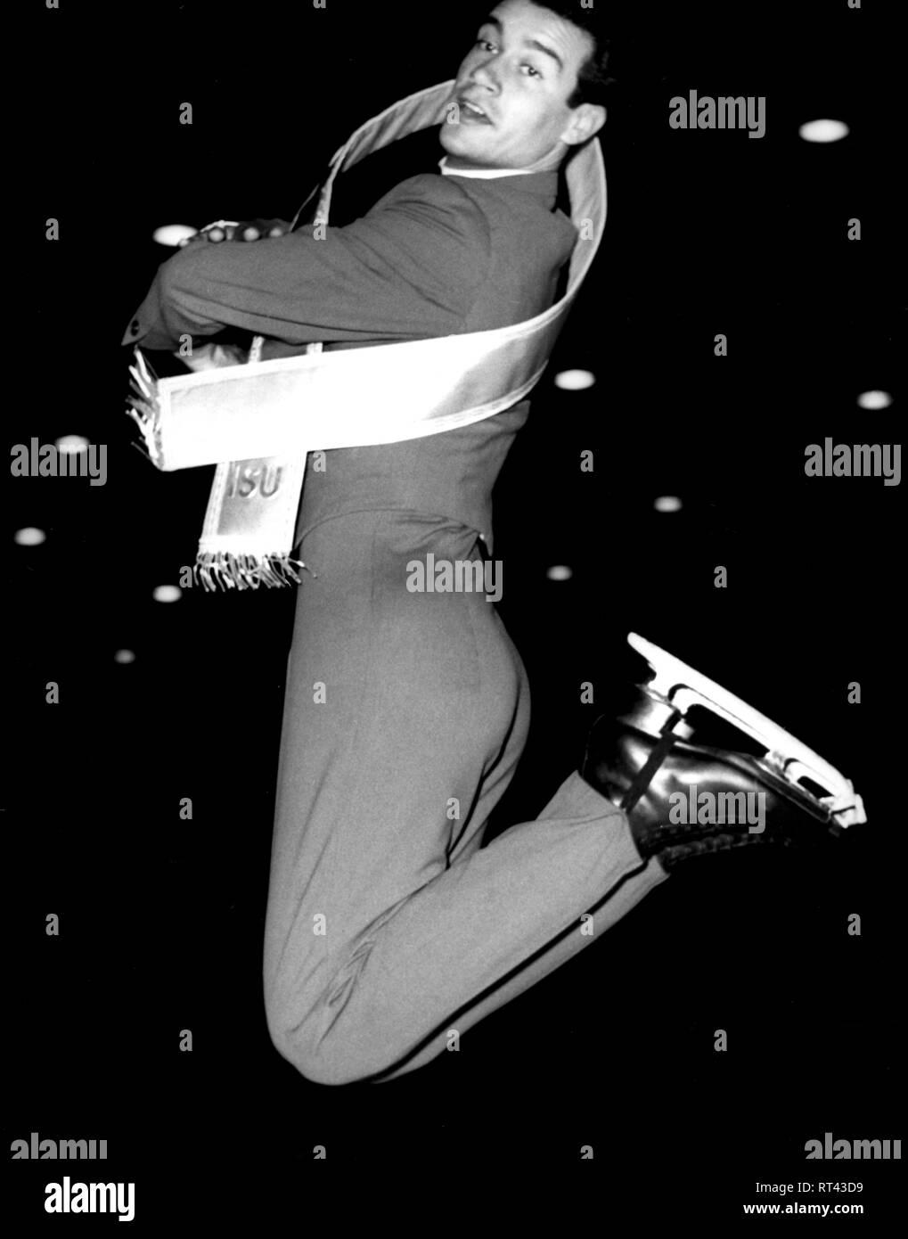 deut. Sportler (Eiskunstläufer), Ganzfigur, bei Siegerehrung nach Gewinn der Weltmeisterschaft, Dortmund, 27.2.1964, Additional-Rights-Clearance-Info-Not-Available - Stock Image
