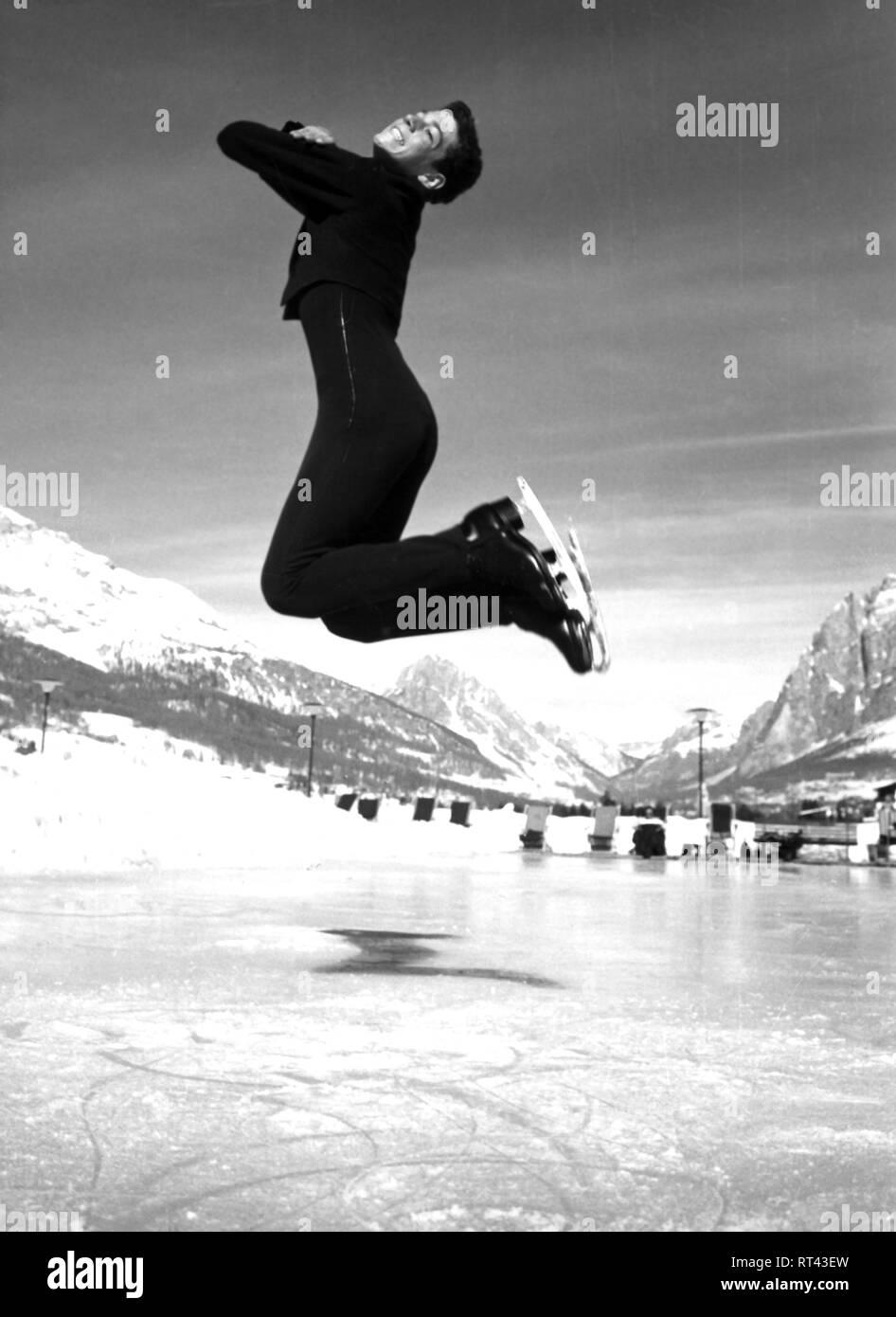 US Sportler (Eiskunstläufer), Ganzfigur, beim Training im Freien, 1960er, Additional-Rights-Clearance-Info-Not-Available - Stock Image