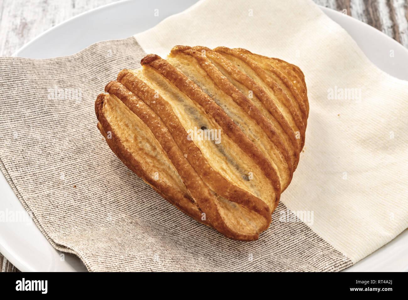 brioche pasta sfoglia nel piatto sopra - Stock Image