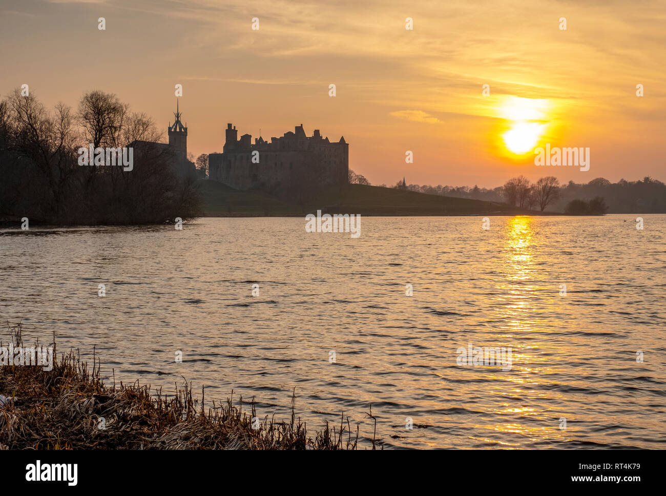 Sunset over Linlithgow Loch and  Linlithgow Palace, West Lothian, birthplace of Mary Queen of Scots. - Stock Image