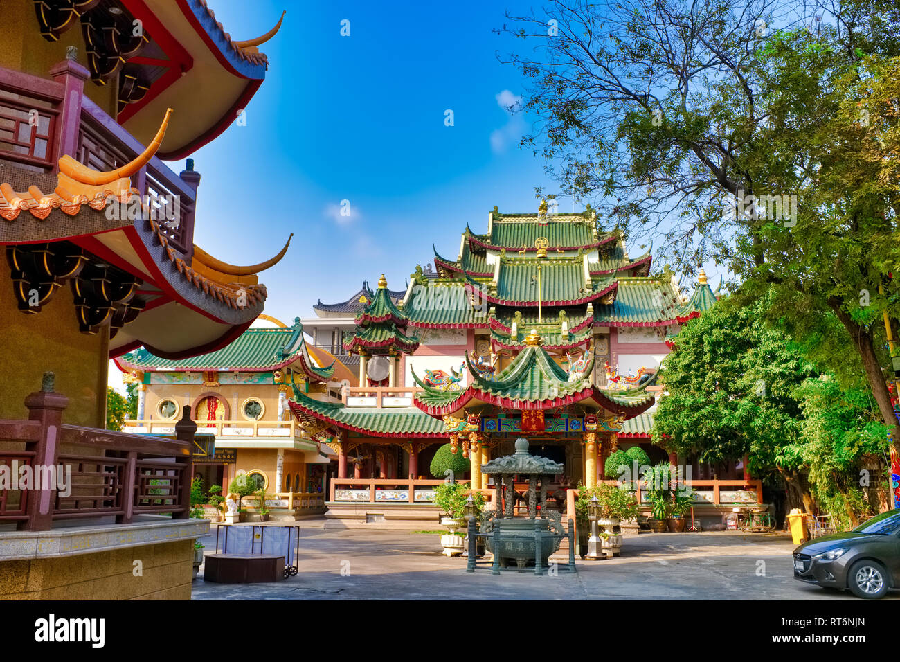 The main bldg. on Chee Chin Khor Temple compound built by the Moral Uplifting Society, with partial view of a pagoda (l); Bangkok, Thailand - Stock Image