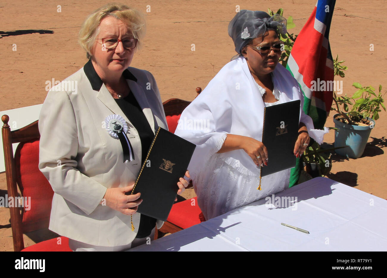 HANDOUT - 28 February 2019, Namibia, Gibeon: Baden-Württemberg's Science Minister Theresia Bauer (Greens) and Namibia's Education Minister Katrina Hanse-Himarwa handing over cultural assets stolen during colonial times. The two objects, a whip and a Bible, belonged to Hendrik Witbooi, a leader of the Nama people and Namibian national hero. So far they have been stored in the Linden Museum in Stuttgart. (to dpa 'Baden-Württemberg gives important cultural assets back to Namibia' from 28.02.2019) Photo: Frank Steffen/Allgemeine Zeitung Namibia/dpa - ATTENTION: Only for editorial use in connecti - Stock Image