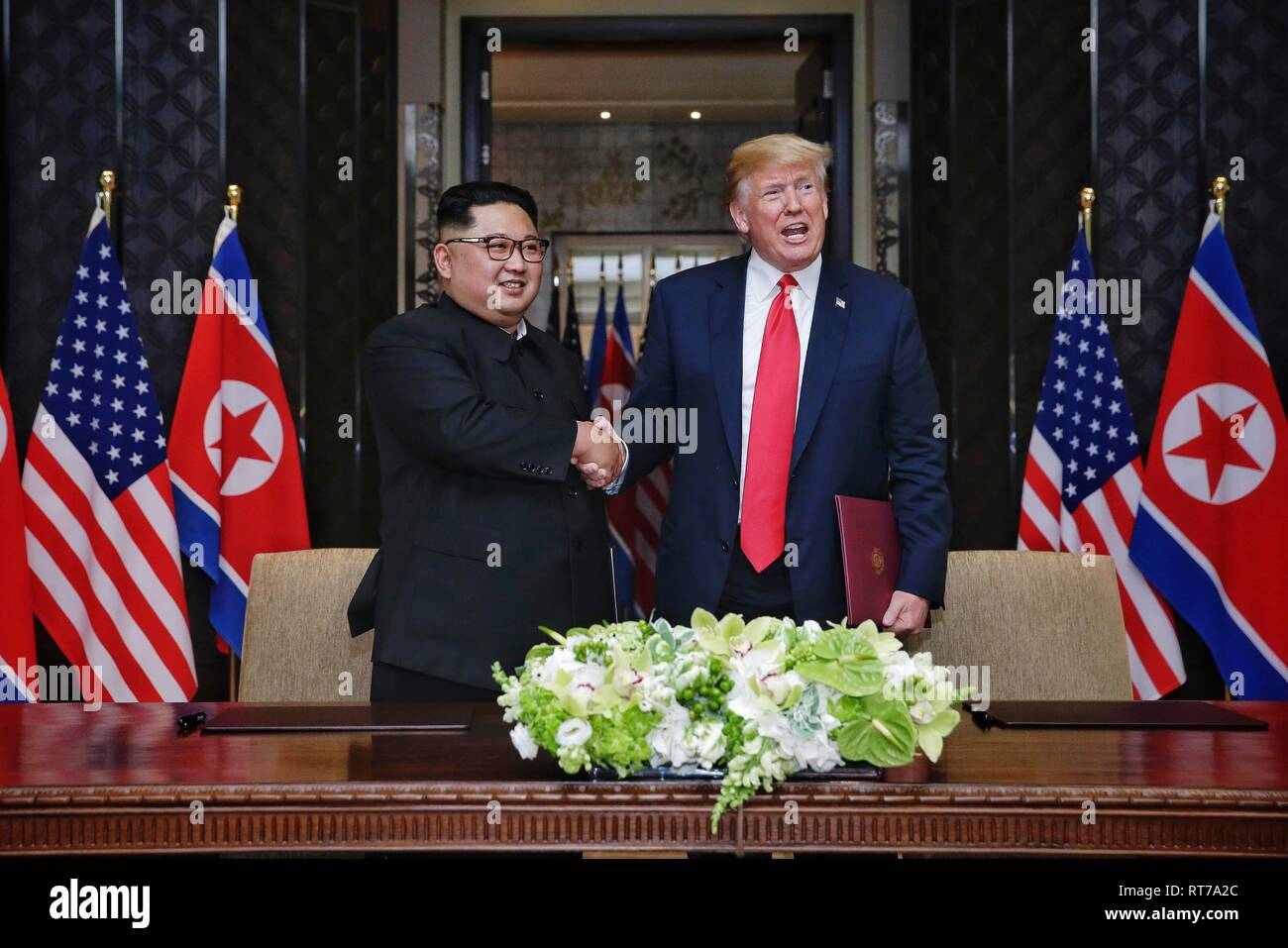 Beijing, China. 12th June, 2018. Top leader of the Democratic People's Republic of Korea (DPRK) Kim Jong Un (L) shakes hands with U.S. President Donald Trump during the signing ceremony of a joint statement in Singapore on June 12, 2018. Credit: Ministry of Communication and Information of Singapore/Xinhua/Alamy Live News Stock Photo