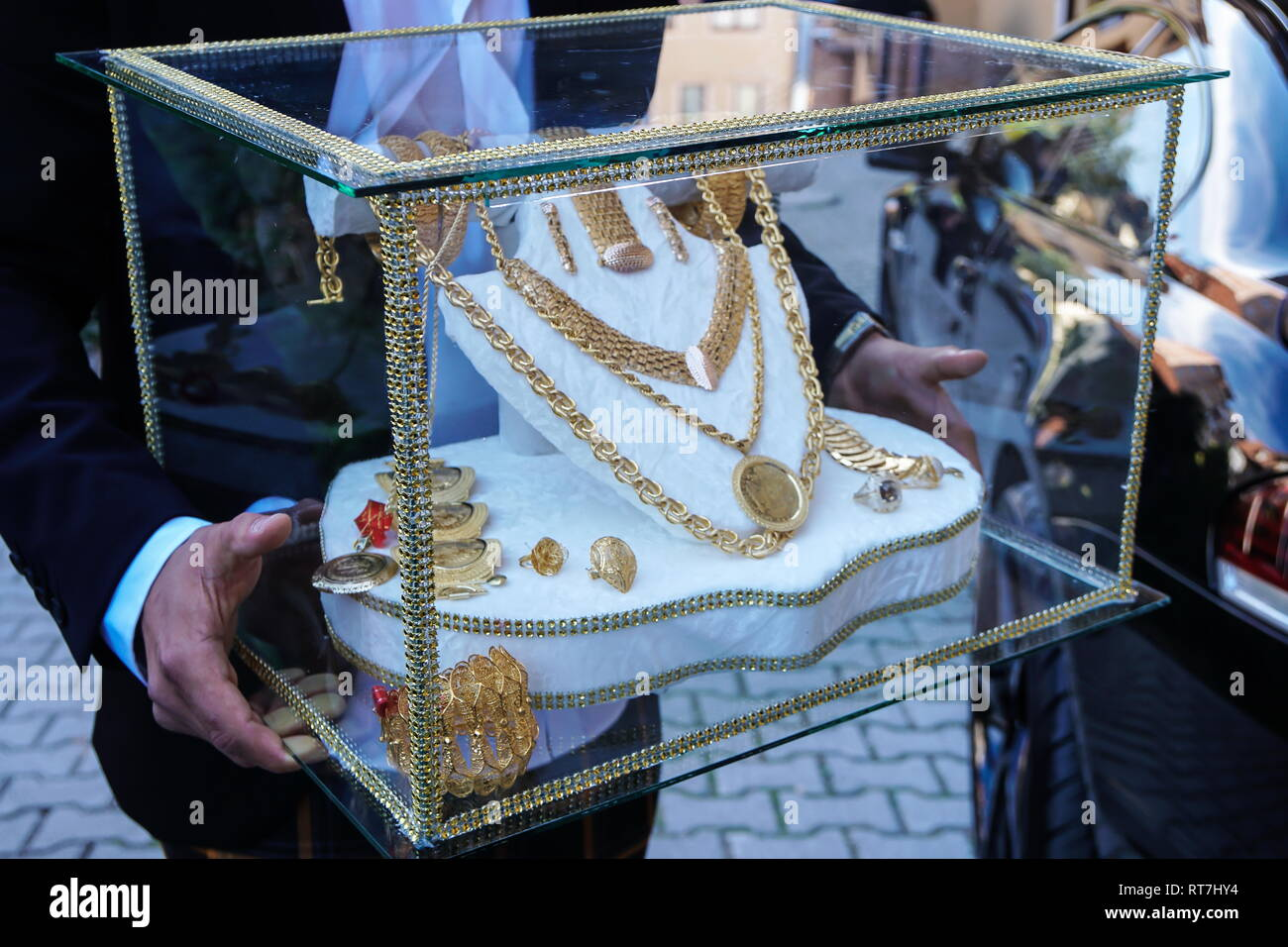 Gold jewelry in the glass box for Muslim bride - Stock Image