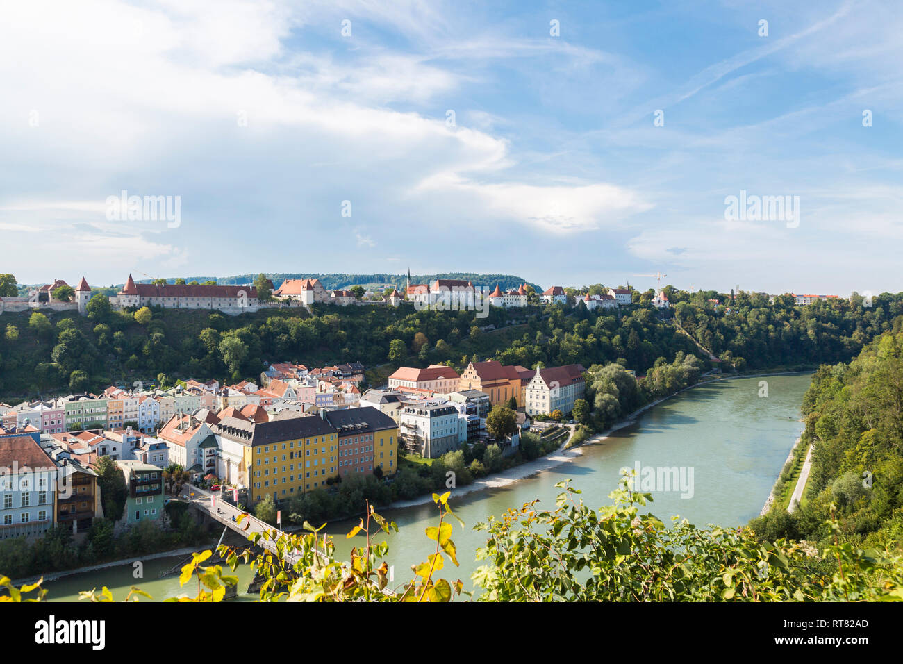 Germany, Bavaria, Burghausen, Old town with Burghausen Castle, Salzach river - Stock Image