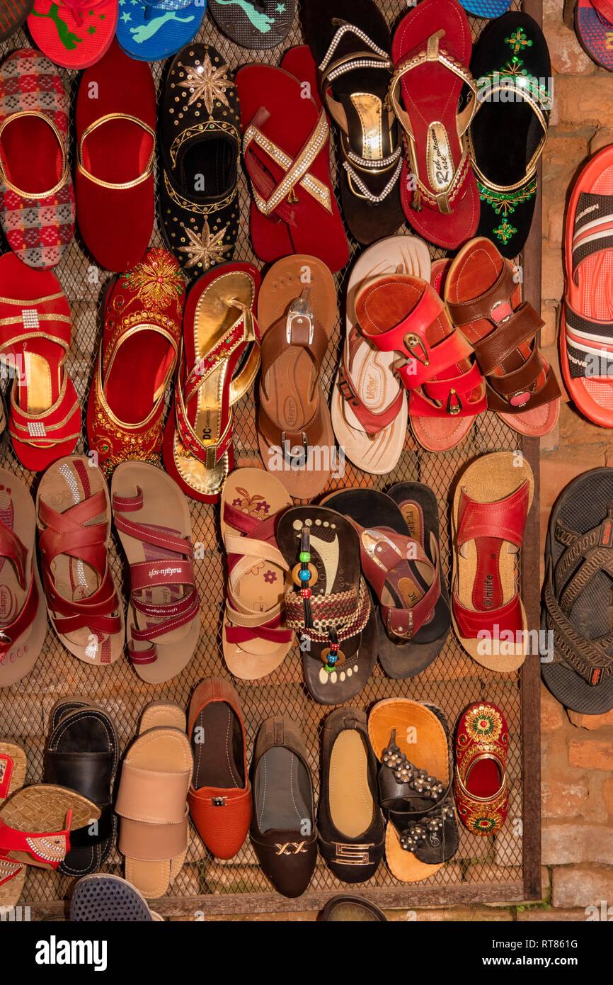Np1097Nepal, Kathmandu Valley, Bhaktapur, Taumadhi Tole, Sukuldhola, shoes and sandals on display - Stock Image