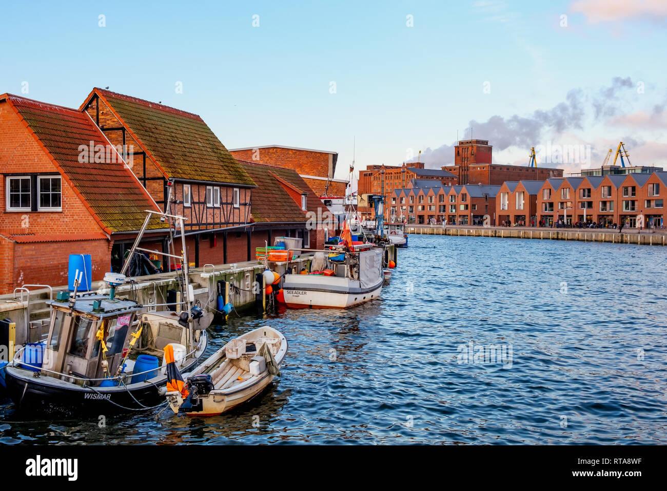 Wismar alter Hafen im Sonnenuntergang - Stock Image