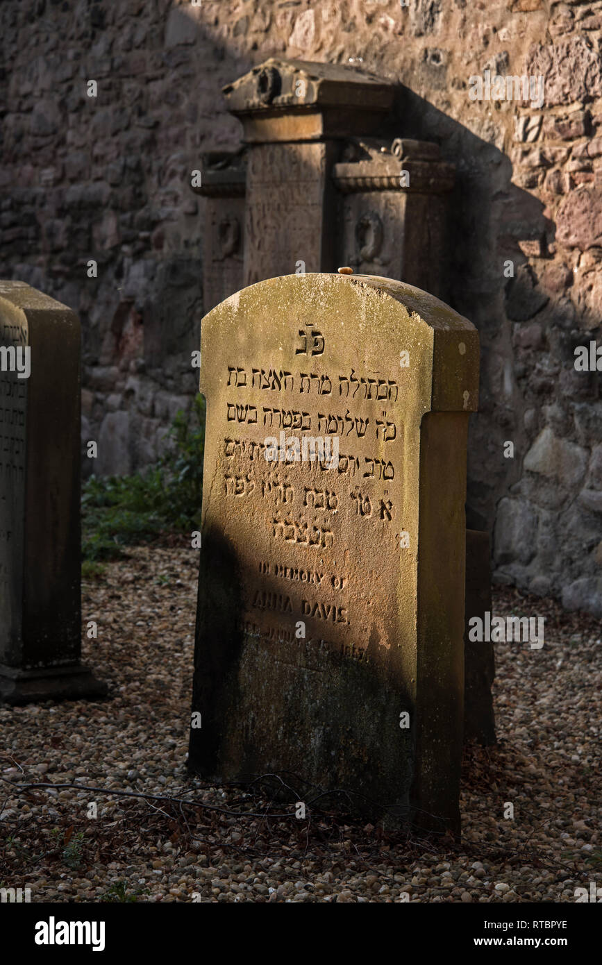 Stones placed as a mark of remembrance and respect on a Jewish grave in Sciennes House Place in Edinburgh, Scotland, UK. - Stock Image