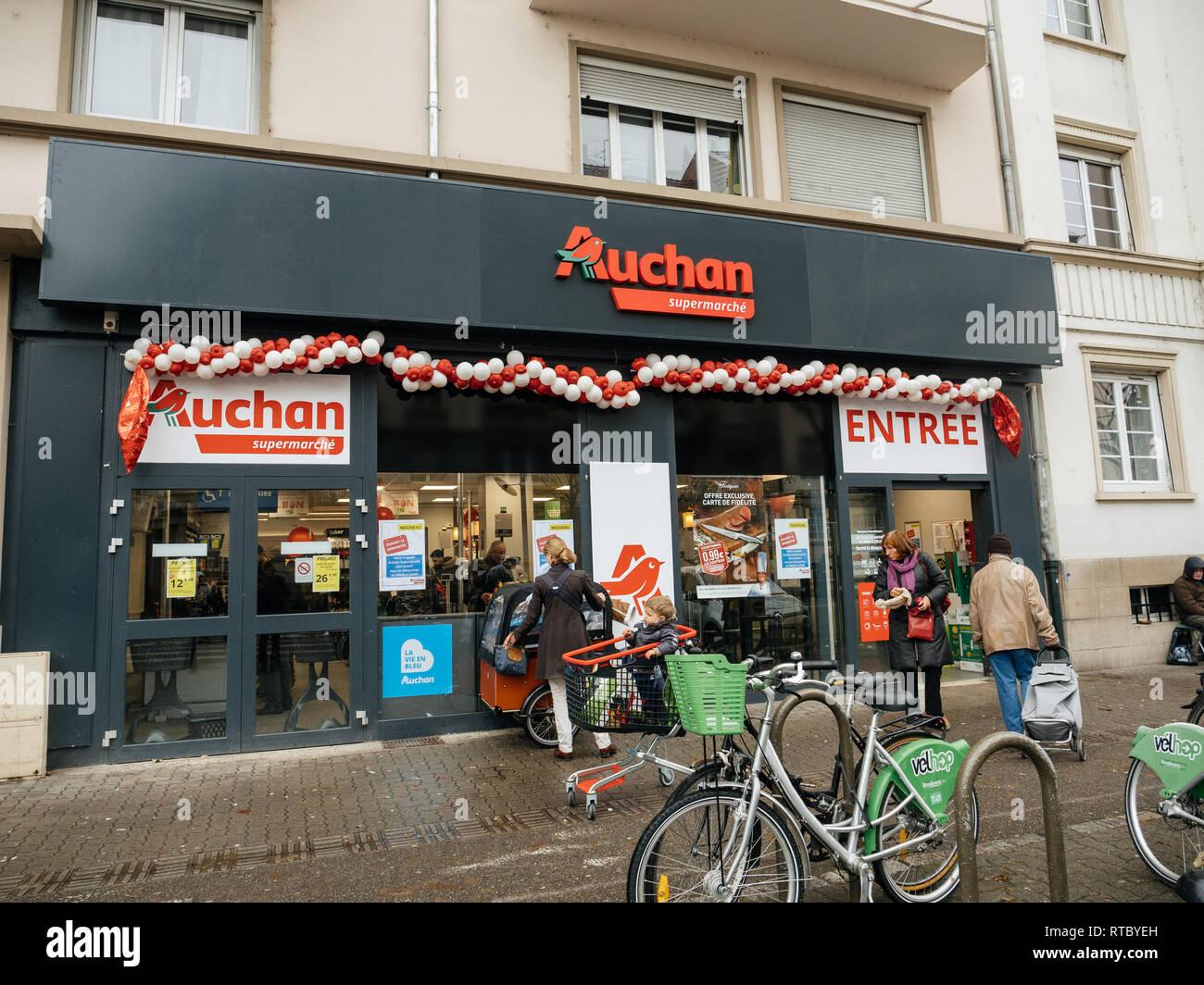 carte simply market auchan STRASBOURG, FRANCE   DEC 4, 2017: Auchan Supermarket entrance in
