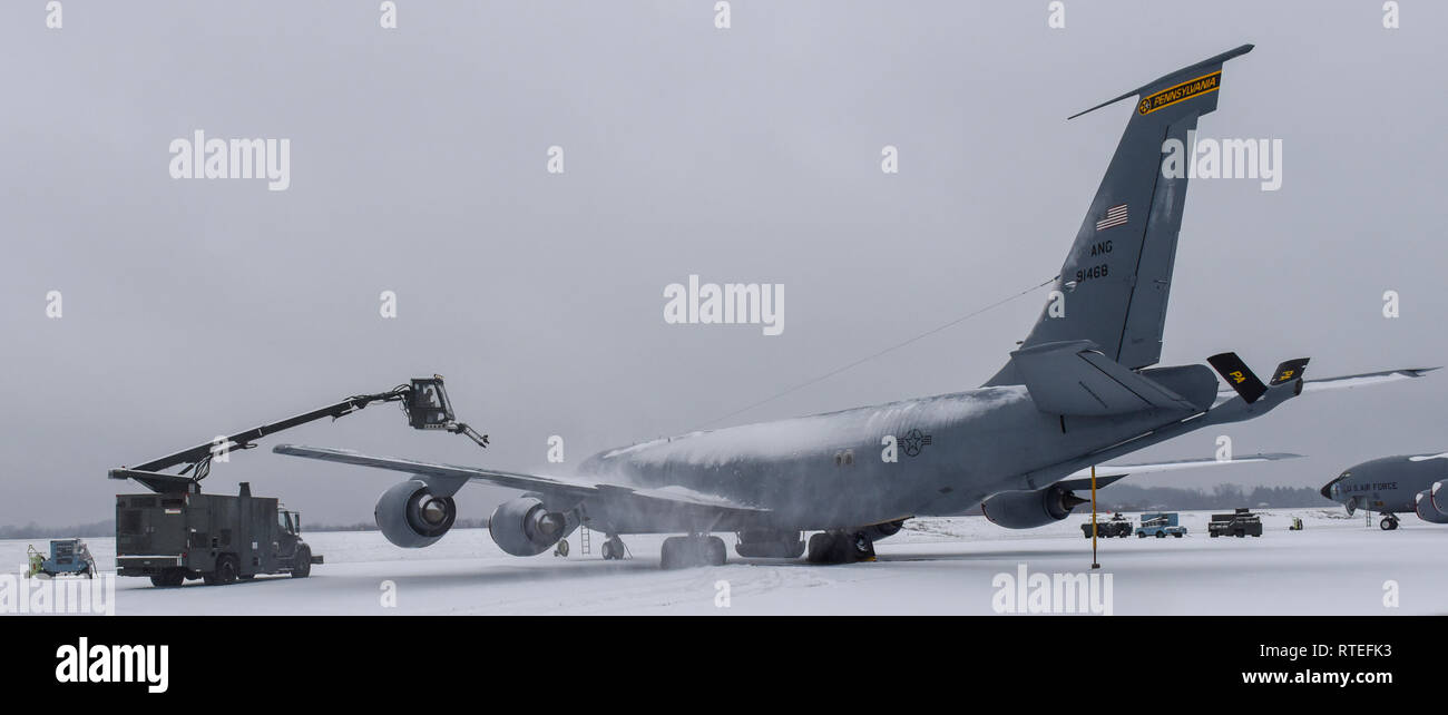 """A Pennsylvania Air National Guardsman assigned to the 171st Air Refueling Wing near Pittsburgh de-ices a KC-135 """"Stratotanker"""" aircraft Feb. 20, 2019. (U.S. Air National Guard photo by Staff Sgt. Bryan Hoover) Stock Photo"""