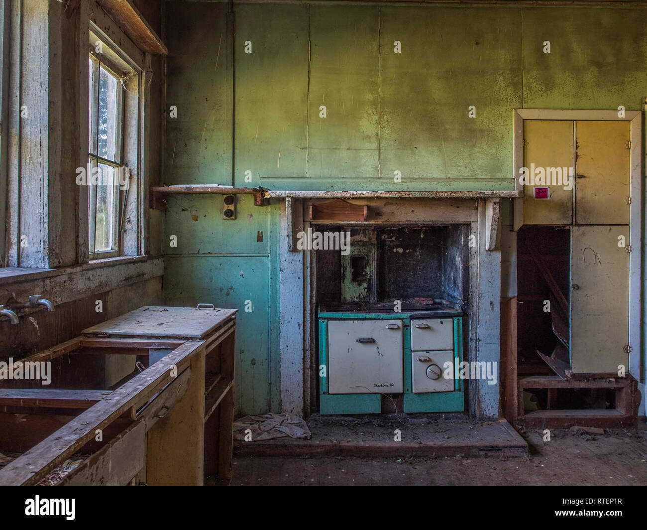 Kitchen with wood stove, abandoned house, Endeans Mill, Waimiha, Ongarue, King Country, New Zealand - Stock Image
