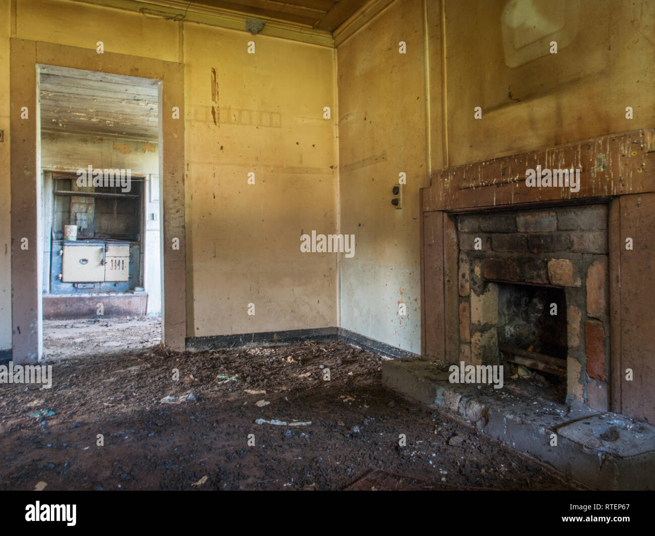 Fire place and wood stove, abandoned house, Endeans Mill, Waimiha, Ongarue, King Country, New Zealand - Stock Image