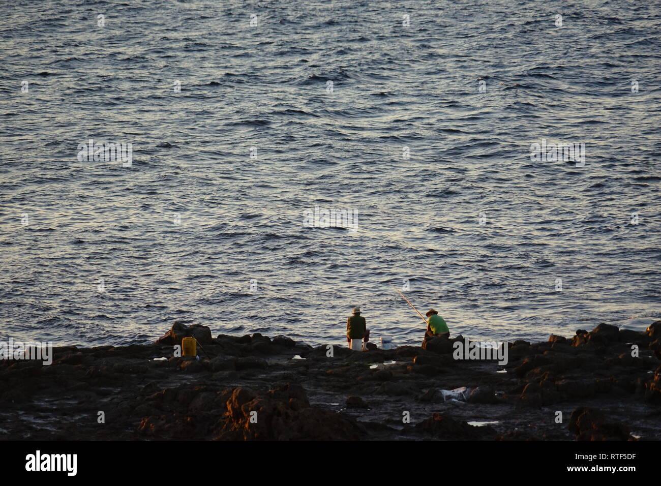 Angler am Meer nahe La Santa, Lanzarote, Kanarische Inseln - Stock Image