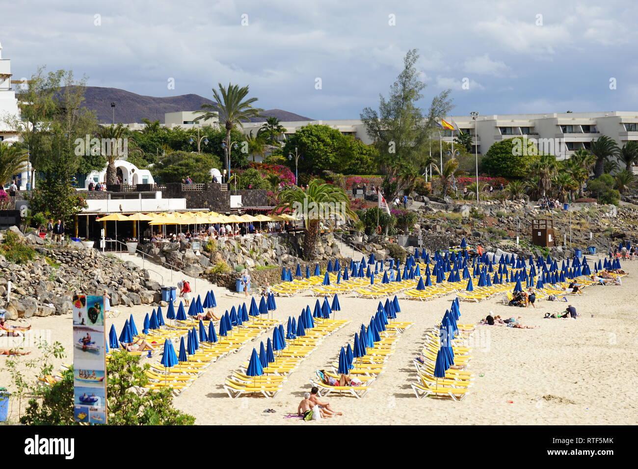 Strand in Playa Blanca, Liegen und Sonnenschirme, Lanzarote, Kanarische Inseln Stock Photo