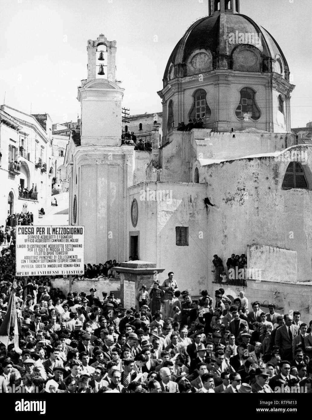 Imprese Di Costruzioni Roma crowd, aqueduct submarine to procida and ischia, italy 1960
