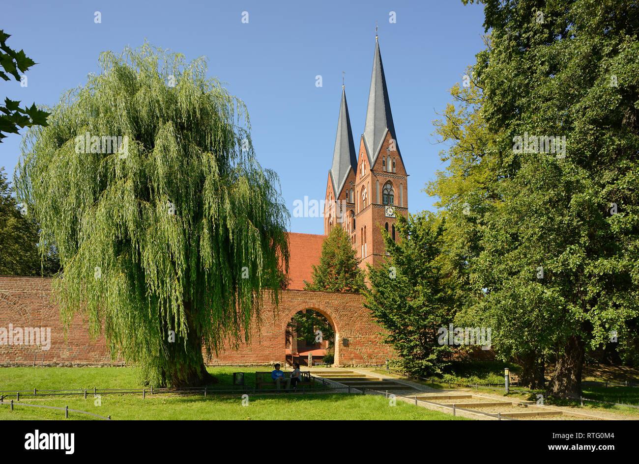 Klosterkirche St. Trinitatis, davor Stadtmauer, Neuruppin, Brandenburg, Deutschland - Stock Image