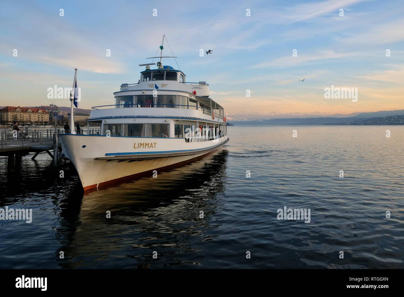 Schiff der Limmat-Schifffahrt auf dem ZŸrichsee am Anleger Limmatquai - Stock Image
